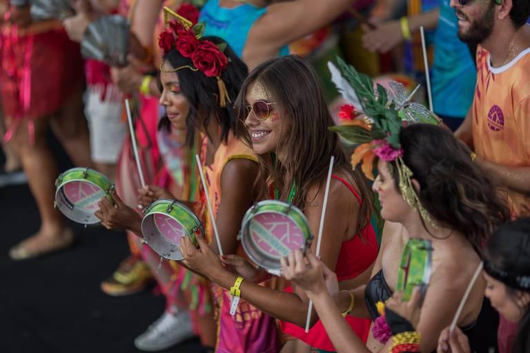 Foliões durante o bloco de carnaval Bangalafumenga, no bairro Glória, no Rio de Janeiro