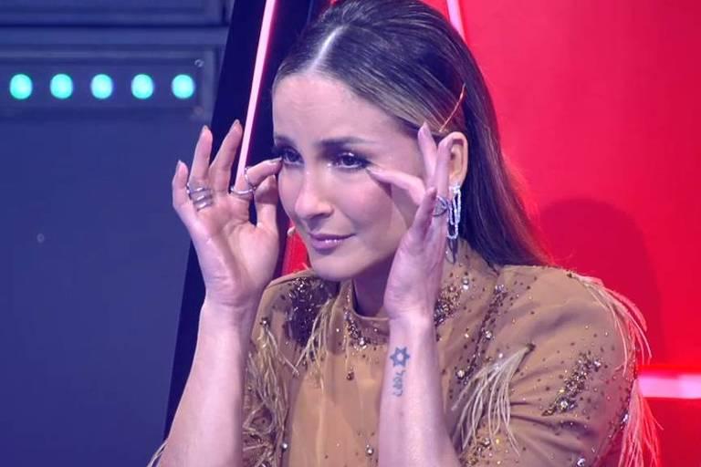 Claudia Leitte se emociona durante apresentação no The Voice Kids