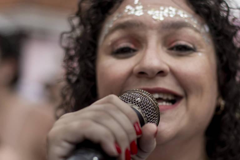 Foliões pulam o carnaval no bloco Urubó, na praça Matriz da Nossa Senhora do Ó, no bairro da Freguesia
