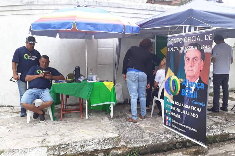Ponto de coleta de assinaturas para criação da Aliança pelo Brasil, perto do forte onde Bolsonaro está hospedado