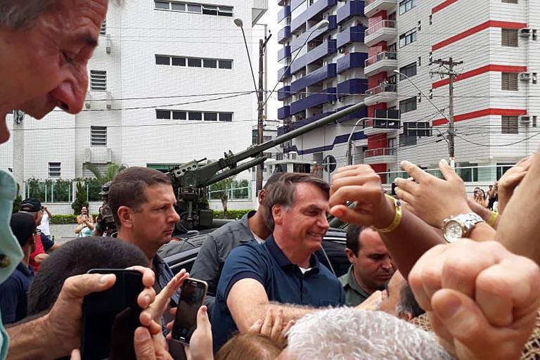 O presidente Jair Bolsonaro é recebido por moradores ao chegar a Praia Grande, litoral de São Paulo