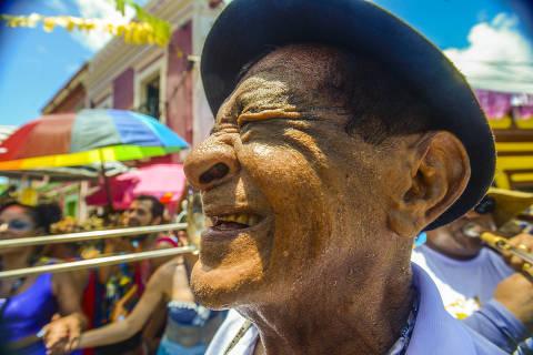 Aos 82, mais velho maestro de frevo ainda surpreende público