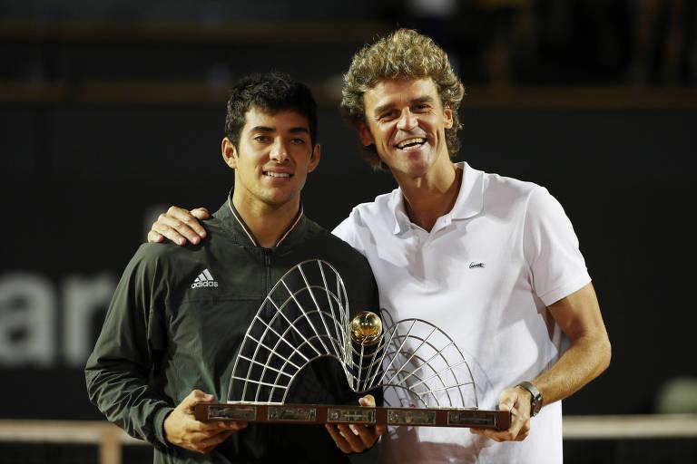 Cristian Garin recebeu o troféu das mãos de Gustavo Kuerten