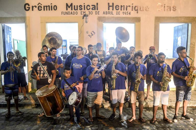 A banda, formada por 20 jovens músicos, ensaia em frente à sede do grêmio