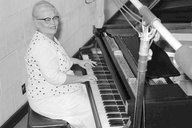 A pianista e compositora Tia Amelia (1897-1983) sentada ao piano