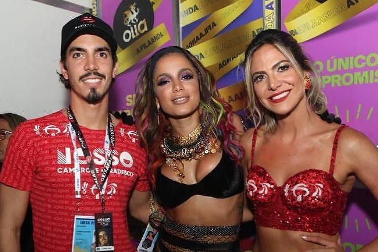 Anitta posa ao lado de Gabriel David e Carol Sampaio