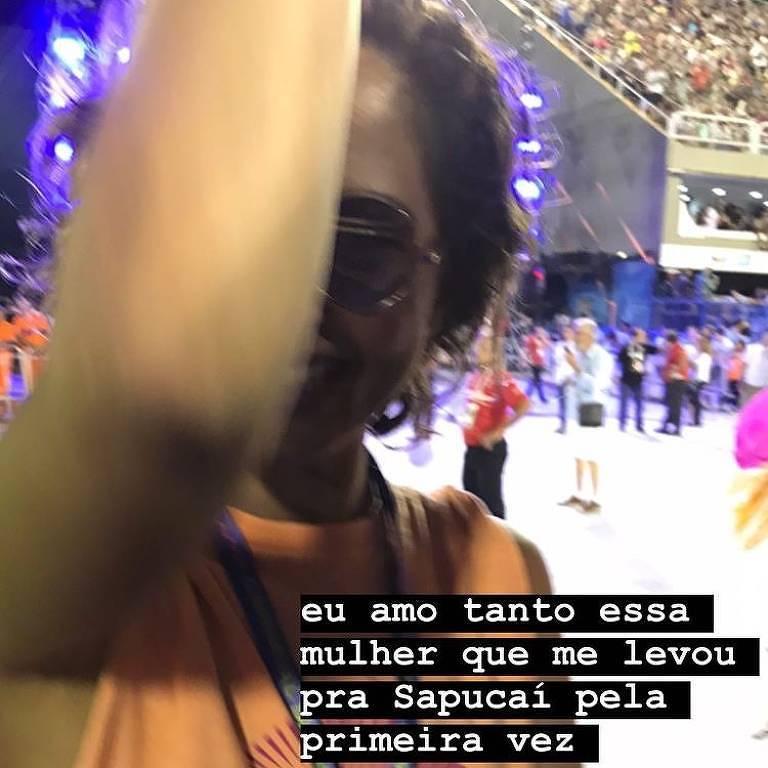 Camila Pitanga curte Carnaval ao lado da namorada, que se declara: 'Amo essa mulher'