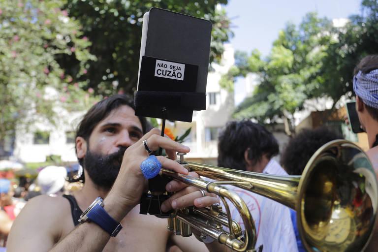 Foliões participam do bloco A Espetacular Charanga do França no centro de São Paulo