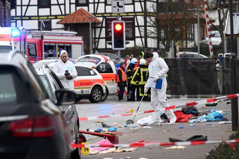 Policiais forenses no local onde um homem avançou com um carro sobre a multidão que participava de desfile de Carnaval em Volkmarsen, na Alemanha