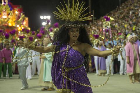 Carnaval politizado vira batata quente para emissoras de TV