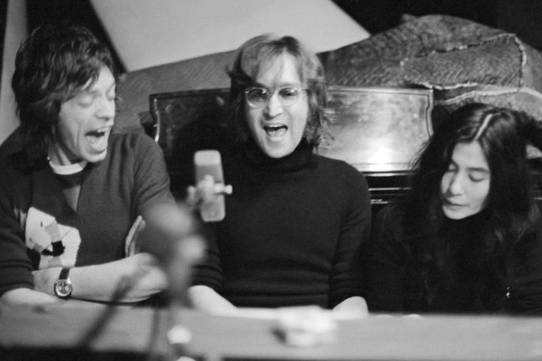 Mick Jagger, John Lennon e Yoko Ono ao piano, em 1972