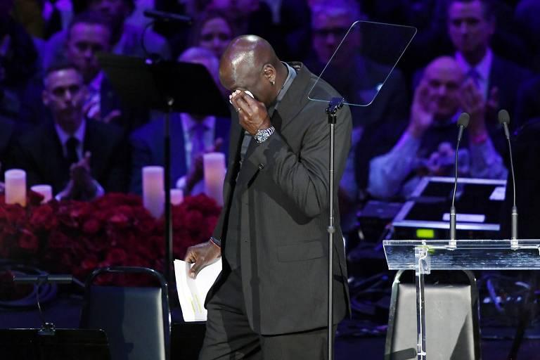 Michael Jordan enxuga as lágrimas ao terminar discurso em homenagem a Kobe Bryant