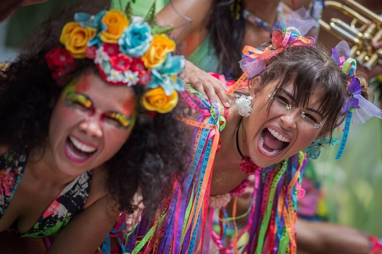Foliões durante o bloco de carnaval  Vem Cá Minha Flor , pelas ruas do centro do Rio de Janeiro