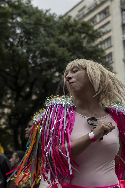 Embalados ao som das melhores músicas de axé dos anos 1990, foliões pulam o carnaval atrás do bloco Domingo Ela Não Vai, no encontro da avenida Ipiranga com a São João, no centro de São Paulo