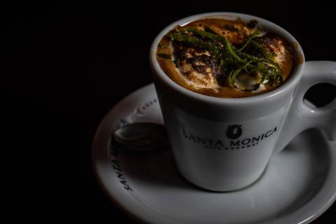 SAO PAULO,SP - 15/2/2020 -  COLUNA BOM DE GARFO - O café tostado é um dos queridinho do lugar: marshmallow e raspas de limão.. The Coffee is on the Table, café em Santo André, no ABC paulista. (FOTO: Otavio Valle)  *** EXCLUSIVO *** Copyright © Otavio Valle/NBQ - Nambiquara Texto & Imagem * ORG XMIT: Owner