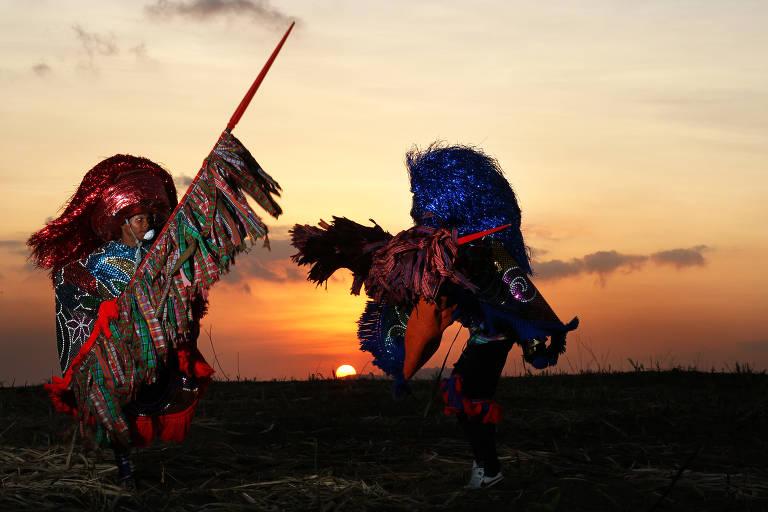 Ícones do maracatu rural, caboclos lanceiros do grupo Cambinda Brasileira simulam luta em Nazaré da Mata (PE)