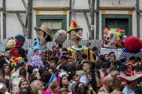 De figuras locais a super-heróis, bonecos atraem foliões a Atibaia