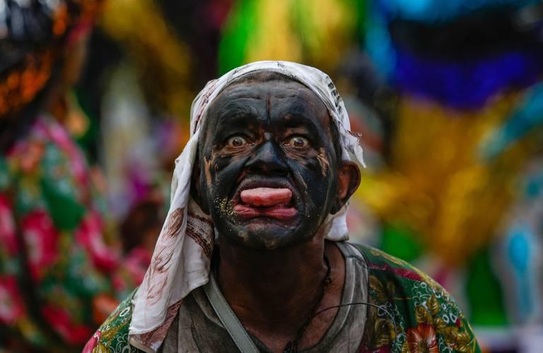 Grupos de maracatu rural se encontram em Olinda. Evento aconteceu nesta segunda-feira (24), no bairro de Cidade Tabajara, mostrando cores e tradição
