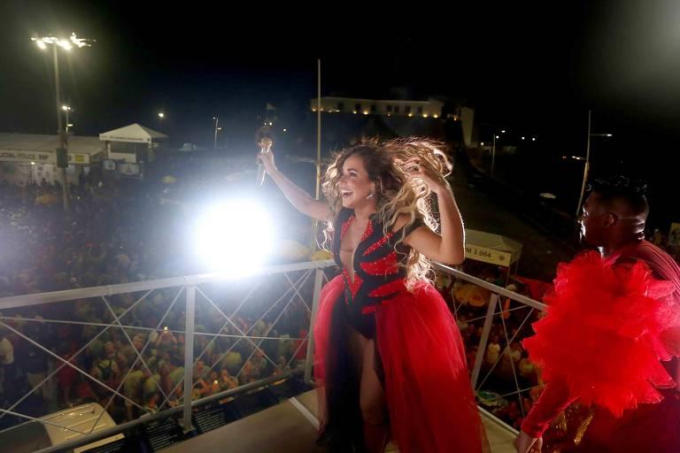 Rainha da axé  music Daniela Mercury desfilou no circuito Barra-Ondina e arrastou milhares de foliões