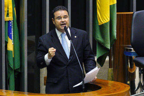 Deputado diz ter nojo de almoço de Bolsonaro com leitão e 'altas gargalhadas festivas' em dia de recorde de mortes