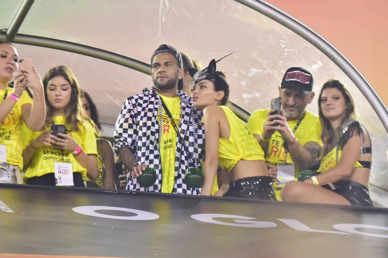Daniel Alves curte camarote no Rio