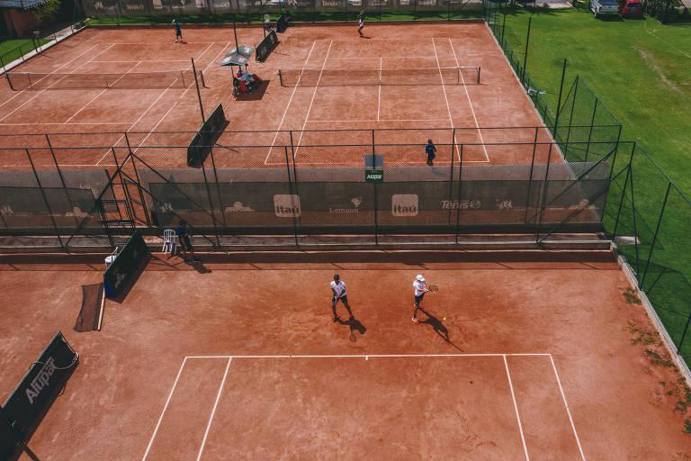 Tenistas treinam na sede do Instituto Tênis, em Barueri