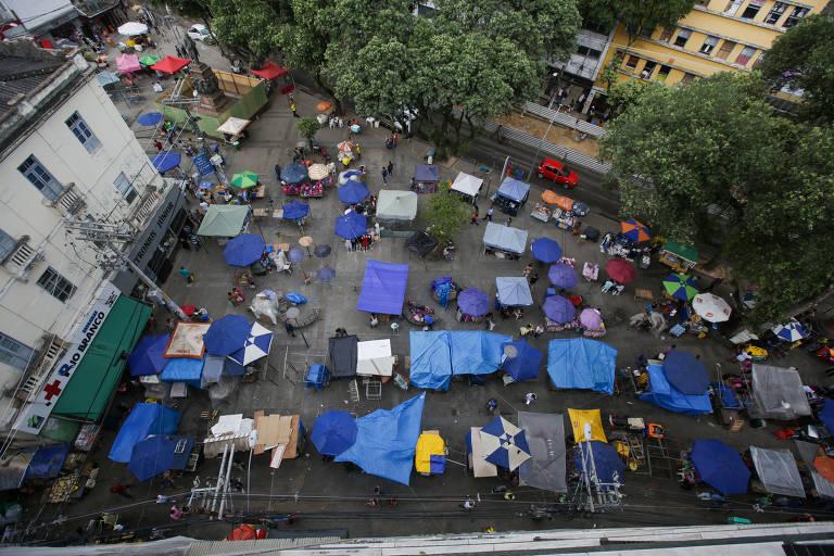 Movimento na praça do relógio São Pedro em Salvador
