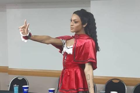 Pabllo Vittar se veste de Chapeuzinho Vermelho para seu bloco: 'Espero encontrar um lobo'