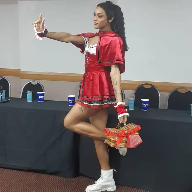 abllo Vittar se veste de Chapeuzinho Vermelho para seu bloco
