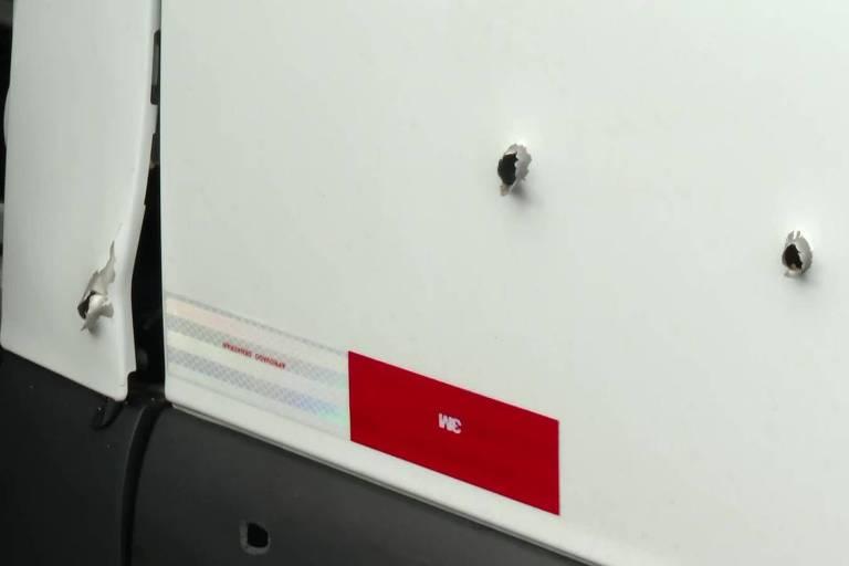 "As marcas de tiros na van onde estava Alcebíades Paes Garcia, irmão do bicheiro Waldomir Paes Garcia, o ""Maninho"". Alcebíades foi assassinado na madrugada desta terça-feira (25) na Barra da Tijuca, zona oeste do Rio"