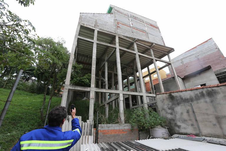 Construção de uma casa  de condomínio interditada pela Subprefeitura do bairro de São Mateus por apresentarem risco de desabamento para os moradores, em São Paulo (SP)
