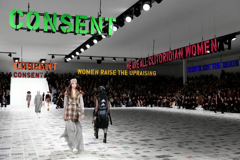 Modelos desfilam peças da coleção outono-inverno criada por Maria Grazia Chiuri, no espaço montado pela grife Christian Dior na Semana de Moda de Paris 2020/21