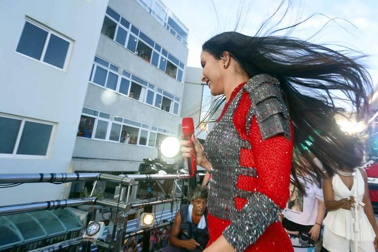 Estrela da axé music  Claudia Leitte  arrastou milhares de foliões no circuito Barra-Ondina no último dia de Carnaval