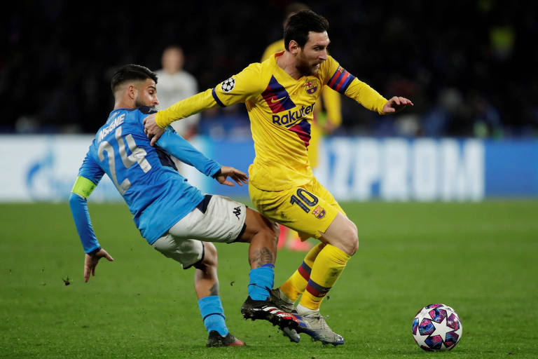 Lionel Messi passa por Insigne durante partida entre Barcelona e Napoli, na Itália
