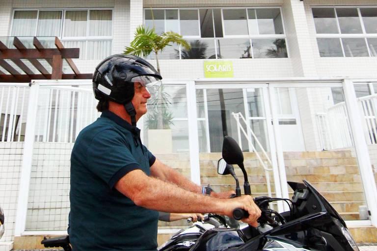 Presidente Jair Bolsonaro (sem partido) que está hospedado, durante o Carnaval, no Forte dos Andradas no Guarujá, comete uma infração de trânsito ao pilotar moto usando capacete que não está preso ao pescoço
