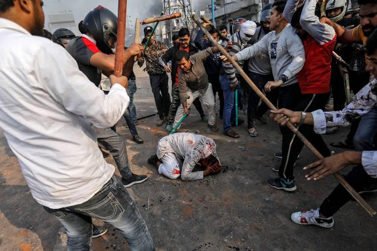 Pessoas pró-lei de cidadania agridem um homem que se opõe à norma em Nova Déli