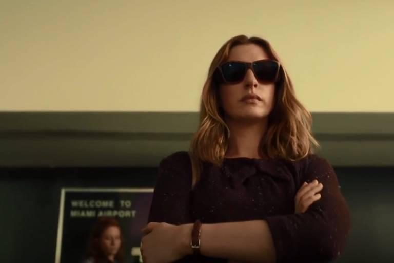 """Anne Hathaway em """" A Última Coisa que Ele Queria"""", da Netflix"""