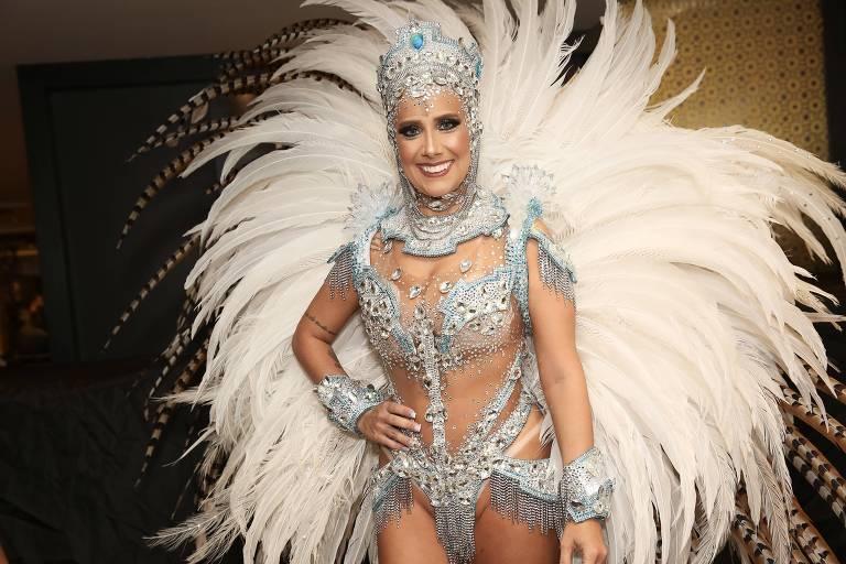 Muriel Quixaba pronta para o desfile como rainha da Colorado do Brás