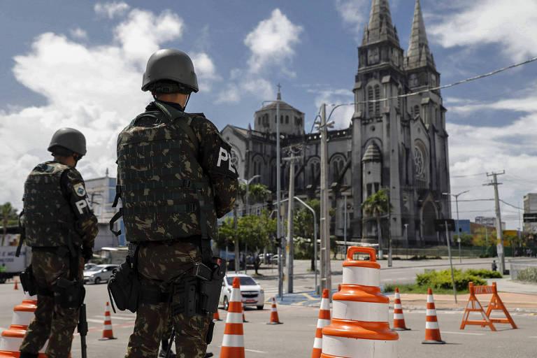 soldados em frente a igreja em Fortaleza