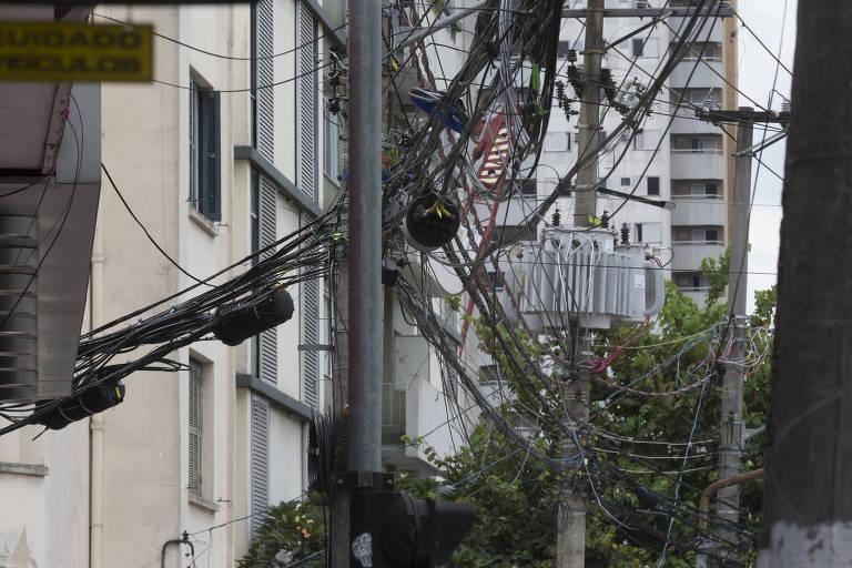Cabos em postes em São Paulo