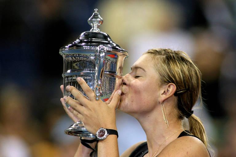 Maria Sharapova beija o troféu do US Open, conquistado por ela em 2006