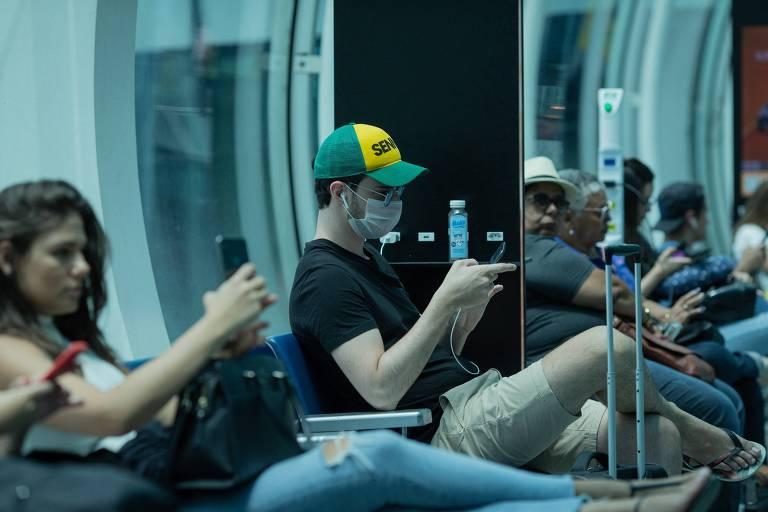 Passageiro com destino a São Paulo usa máscara no aeroporto Santos Dumont para se proteger de coronavírus