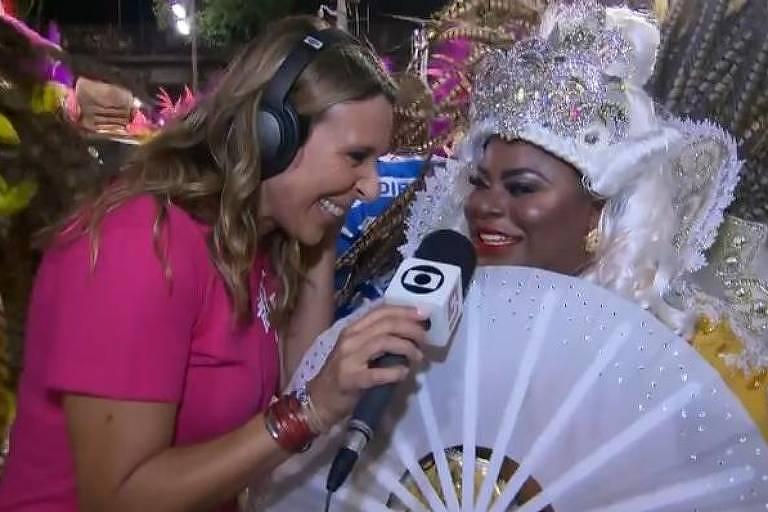 Jojo Todynho dando entrevista a Tatiana Nascimento, repórter da Globo