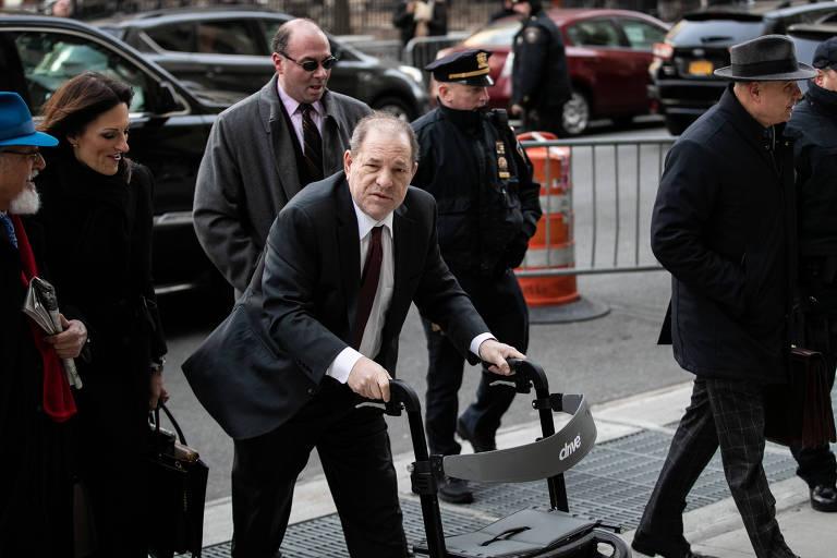 O produtor de filmes Harvey Weinstein chega a tribunal criminal de Nova York para depor sobre acusações de violência sexual feitas contra ele