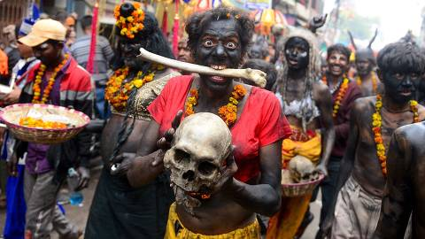 TOPSHOT - A Hindu devotee of Lord Shiva holds human skull and bone as he takes part in a religious procession to mark the Hindu festival of Maha Shivratri in Allahabad on February 21, 2020. (Photo by SANJAY KANOJIA / AFP) ORG XMIT: DS1067