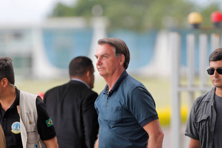 Presidente da República, Jair Bolsonaro, cercado por assessores