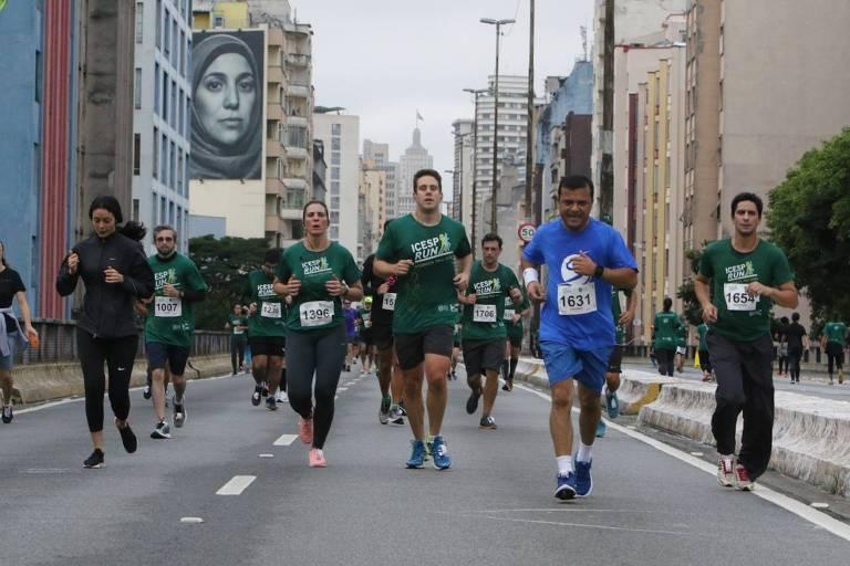 Participantes da Icesp Run de 2019 no elevado João Goulart, o Minhocão, em SP