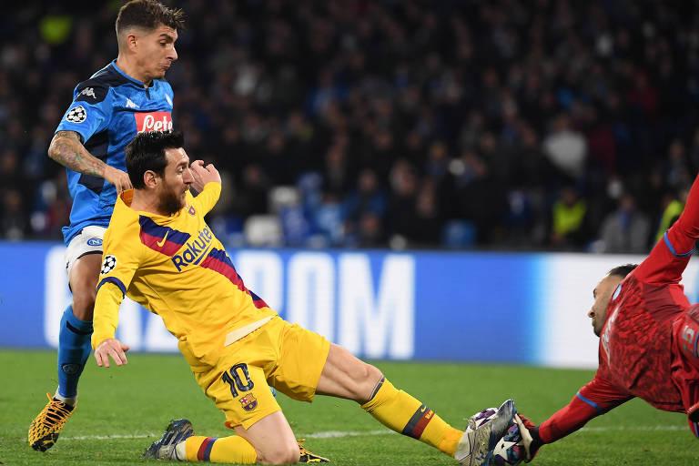 Messi tenta finalização em partida contra o Napoli, mas é parado pelo goleiro, em jogo pelas oitavas da Champions