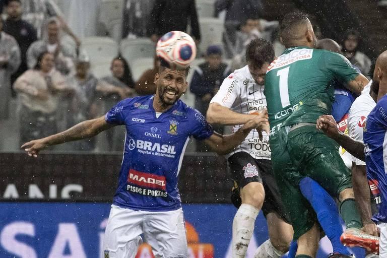O atacante Mauro Boselli aproveita a falha do goleiro Fernando Henrique e, de cabeça, marca o gol de empate do Corinthians
