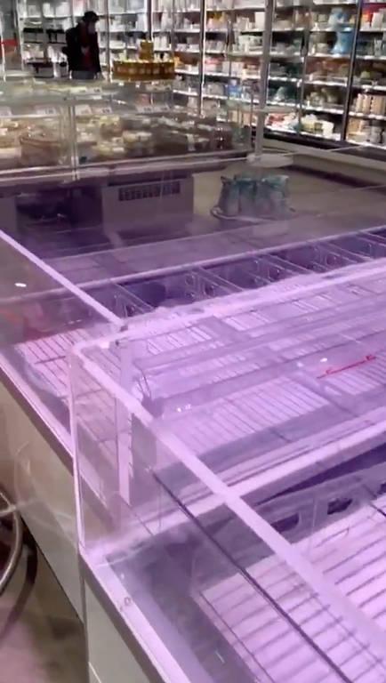 Geladeiras vazias em supermercado